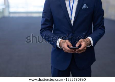 Stok fotoğraf: Zarif · işadamı · cep · telefonu · ayakta · modern