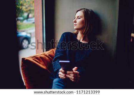 Mains jeunes Homme smartphone attente téléchargement Photo stock © pressmaster