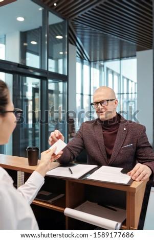 érett üzletember elvesz kártya kéz recepciós Stock fotó © pressmaster