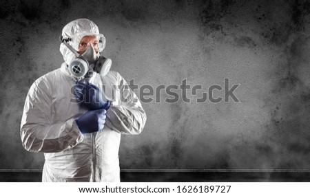 Man pak gasmasker stofbril muur Stockfoto © feverpitch