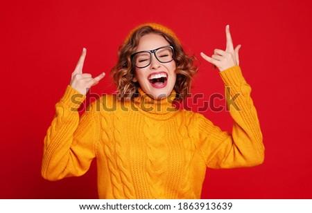 Image jeunes excité femme hurlant Photo stock © deandrobot
