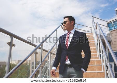 Jól kinéző férfi igazgató vállalati ruházat szöveges üzenet Stock fotó © vkstudio