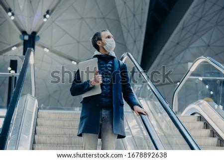 Tiro homem turista escada rolante aeroporto casa Foto stock © vkstudio