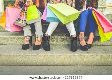 Femme permanent escaliers magasin femme souriante Photo stock © wavebreak_media