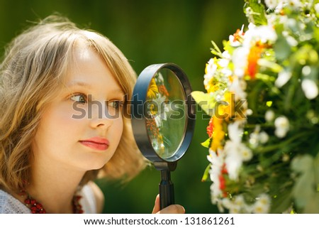 bastante · little · girl · lupa · flor · natureza - foto stock © hasloo