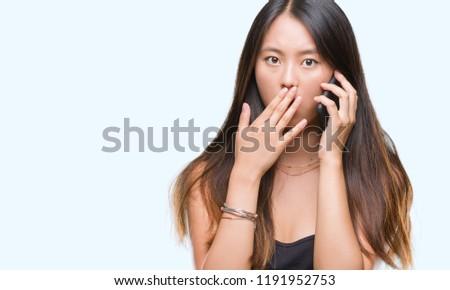 Megrémült ázsiai nő beszél mobiltelefon tart Stock fotó © deandrobot