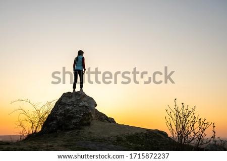 fiatal · hátizsákos · turista · áll · felső · hegy · siker - stock fotó © boggy