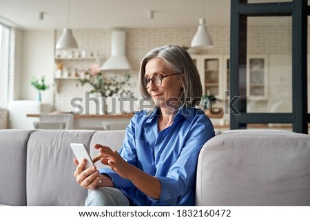 senior · vrouw · markt · mobiele · telefoon · portret · kopen - stockfoto © boggy