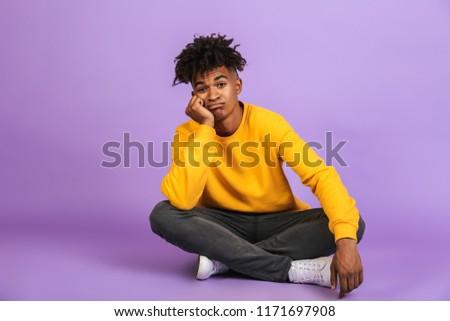 Portret ongelukkig afro-amerikaanse jongen vergadering vloer Stockfoto © deandrobot