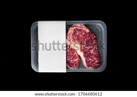 Vers ruw lendenen biefstuk plastic dienblad Stockfoto © DenisMArt