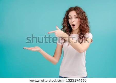 Imagem animado mulher 20s cabelos cacheados Foto stock © deandrobot