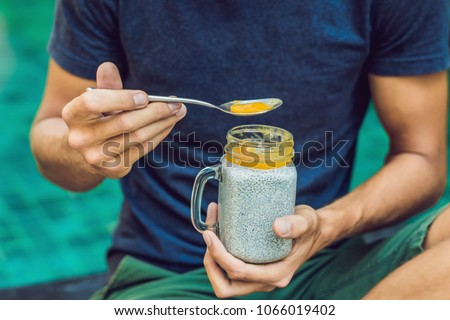 Férfi eszik desszert magok medence reggel Stock fotó © galitskaya