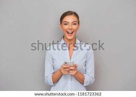Mosolyog üzletasszony áll szürke fal tart Stock fotó © deandrobot