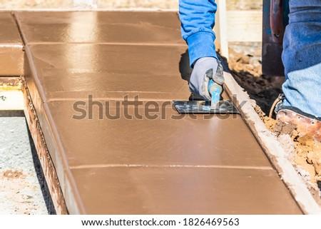 Travailleur de la construction humide ciment main outil construction Photo stock © feverpitch