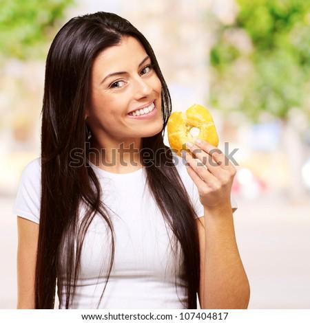 Portre genç kadın yeme tatlı çörek bitki bahçe Stok fotoğraf © galitskaya