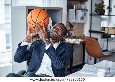 молодые · рубашки · африканских · мышечный · спортсмена · мяча - Сток-фото © pressmaster