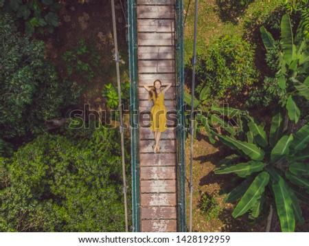 Jonge vrouw toeristische hangbrug Kuala Lumpur bos Stockfoto © galitskaya