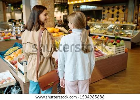вид сзади молодой девушки матери что купить Сток-фото © pressmaster