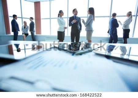 Jeunes réussi Homme employé touchpad permanent Photo stock © pressmaster