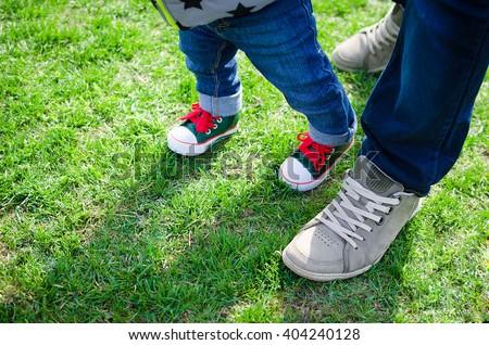 primo · passi · baby · apprendimento · piedi · help - foto d'archivio © galitskaya