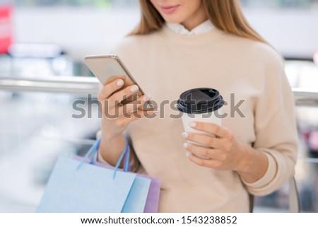 Młoda kobieta szkła kawy online towary smartphone Zdjęcia stock © pressmaster