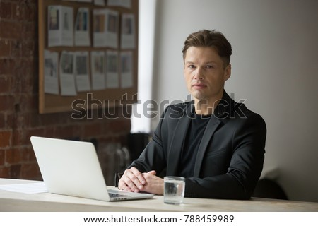 Grave director empresa sesión escritorio mirando Foto stock © pressmaster