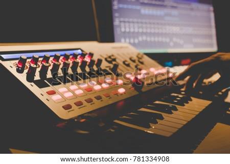 Hand Musik spielen Multimedia Laptop Club Stock foto © ra2studio