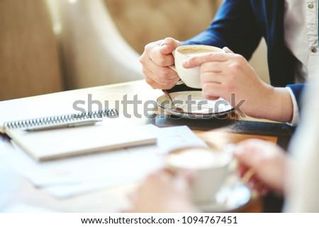 Stylo papiers portable négociation regarder Photo stock © pressmaster