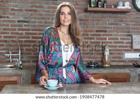 Jonge vrouw poseren binnenkant moderne top architectuur Stockfoto © lightpoet