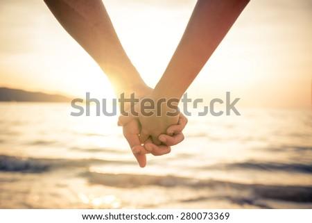 Pareja · playa · tomados · de · las · manos · caminando · brillante - foto stock © HASLOO