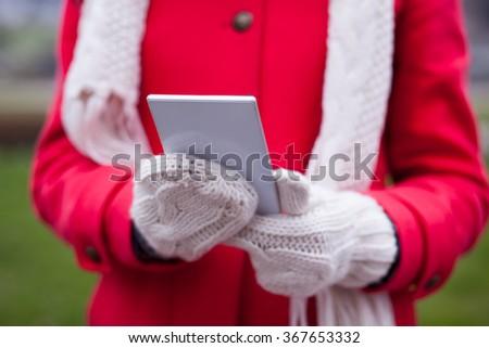 Kobieta wełny cap rękawice smartphone ręce Zdjęcia stock © adamr
