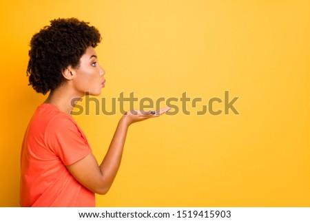 Profil bájos afroamerikai fiatal nő küldés csók Stock fotó © deandrobot
