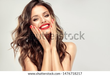 Foto stock: Belo · moda · sorrindo · lábios · vermelhos · make-up · ondulado