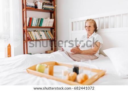 Foto stock: Desayuno · cama · tableta · feliz · mujer