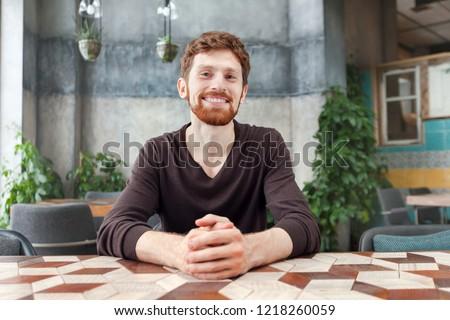 retrato · sorridente · barbudo · homem · sessão · leitura - foto stock © deandrobot