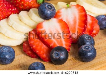 fragola · fette · legno · frutta · tavola · bianco - foto d'archivio © artjazz