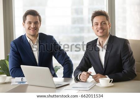 Negocios dos empresarios sesión mesa Foto stock © MaryValery