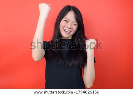 Portre şanslı genç kadın 20s siyah beyaz aşınma Stok fotoğraf © deandrobot
