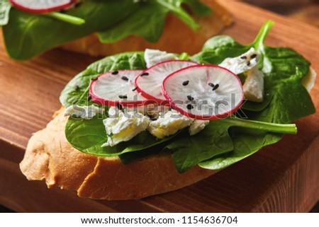 Zachte cottage cheese radijs vers spinazie Stockfoto © artjazz