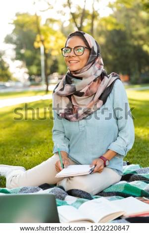 Fotó boldog arab nő visel fejkendő Stock fotó © deandrobot