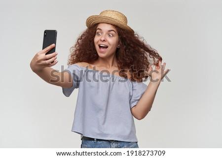 Portret kaukasisch gekruld vrouw 20s glimlachend Stockfoto © deandrobot