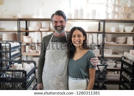 Glimlachend collega's naar camera aardewerk workshop Stockfoto © wavebreak_media