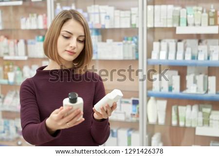 化学者 顧客 立って 薬局 棚 話し ストックフォト © Kzenon