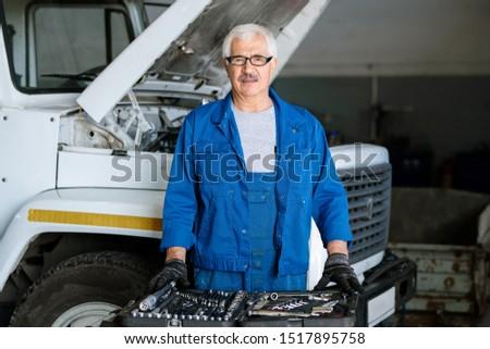 Volwassen meester machine reparatie dienst Blauw Stockfoto © pressmaster
