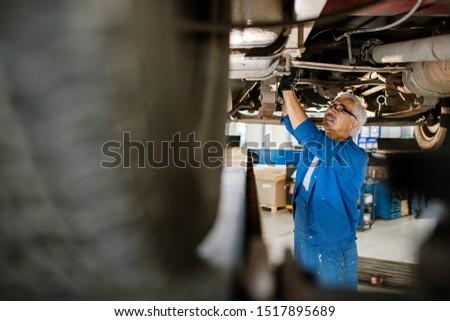 Volwassen man werkkleding permanente gebroken machine Stockfoto © pressmaster