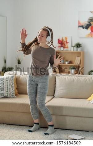 Cute fille danse musique casque Photo stock © pressmaster