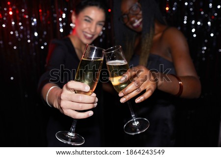 два молодые улыбаясь женщины флейты шампанского Сток-фото © pressmaster