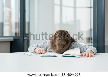 Müde gelangweilt Schülerin öffnen Schönschreibheft Stock foto © pressmaster