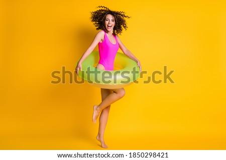 mulher · jovem · amarelo · maiô · em · pé · para · cima · piscina - foto stock © SophieJames