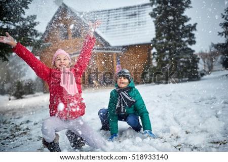 Erkek mutlu oynama kar kartopu Stok fotoğraf © meinzahn